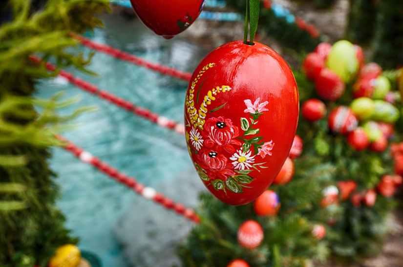 red easter egg flower